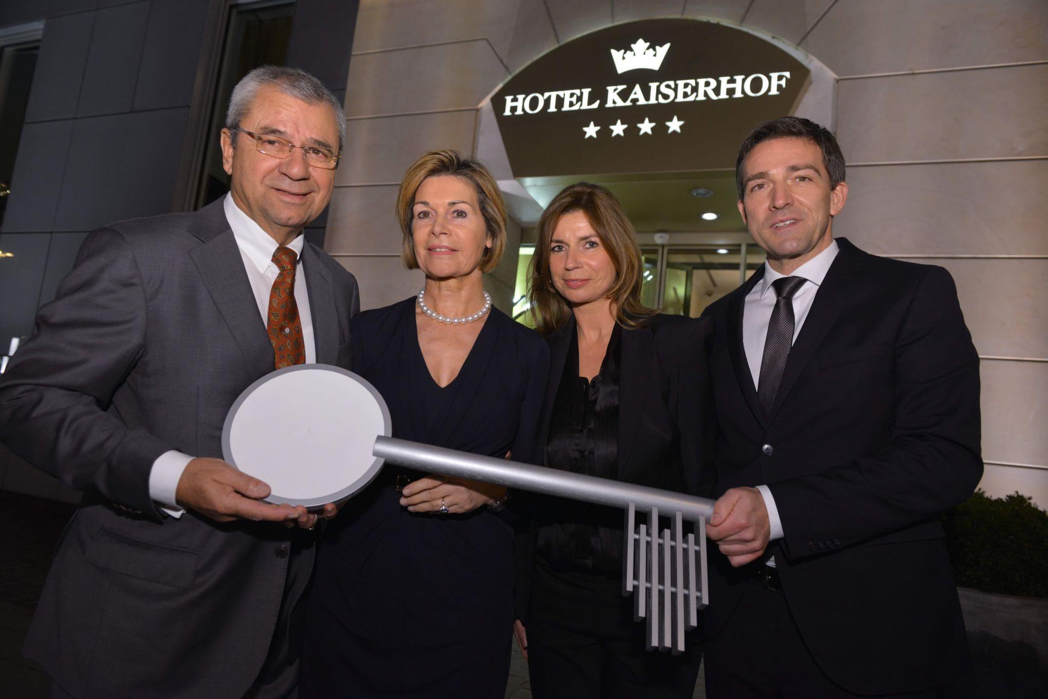 Anne und Peter Cremer (links) und Anja und Kay Fenneberg (rechts) halten gemeinsam einen Schlüssel, der die Übergabe der Geschäftsleitung symbolisiert