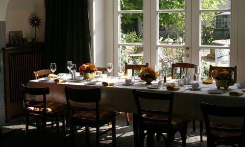Bis zu 120 Personen finden an den Tischen Platz und werden liebevoll bewirtet. - Foto: Loagshof