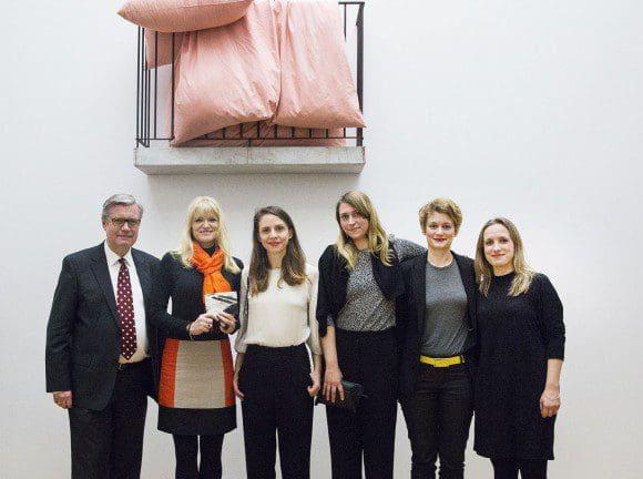 LWL-Kulturdezernentin Dr. Barbara Rüschoff-Thale (2. v. l.) überreichte im LWL-Museum den Cremer-Preis an das Künstlerduo FORT, Jenny Kropp (3. v. l.) und Alberta Niemann (3. v. r.). Foto: LWL/Neander
