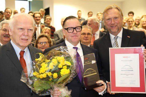 Preisträger Prof. Dr. Olaf Arlinghaus (Mitte) zusammen mit Prof. Dr. Winfried Schulze (l.), ehemaliger Vorsitzender des Wissenschaftsrates und Manfred Baldschus (r.), Gründer des UNICUM-Magazins. - Foto: FH Münster/Pressestelle