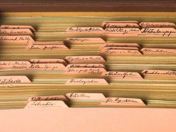Kartei mit gesammelten, handschriftlichen Notizen, geordnet nach Schlagwörtern, aus dem Bestand Casser, (Kunst-)Leder, Papier, Karton, 1930er-Jahre, Foto: Roman März - Foto: Draiflessen Collection, Mettingen