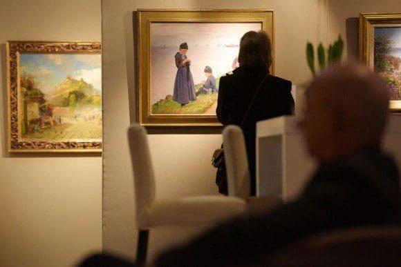 """Möbel, Schmuck, Skulpturen und Bilder verschiedenster Epochen zeigt die """"Art & Antik Messe Münster"""". Dieses Gemälde, """"Kinder auf einem Deich"""", malte Friedrich Kallmorgen 1913. Foto: Peter Grewer"""
