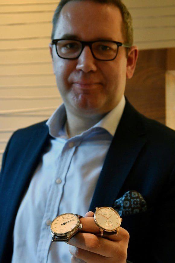 """Ein Stück Entschleunigung aus Münster und Uhrmacherkunst aus der Schweiz: Udo Fastermann zeigt auf der """"Art & Antik Messe Münster"""" unter anderem Chronometer von MeisterSinger und H. Moser & Cie. Foto: MCC Halle Münsterland"""
