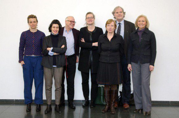 Die Jury (von links nach rechts): Julia Voss, Tamara Grcic, Beat Wismer, Ulli Seegers, Eva Schmidt (Moderatorin),  Friedrich Meschede und Babette Bammann (Beigeordnete für Kultur der Stadt Siegen) -  Foto: Thomas Kellner