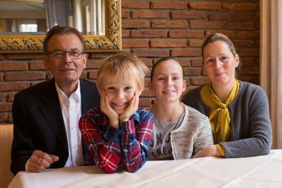Herzliche Gastgeber: Jane und Wim Schewe mit Familie - Fotos: Hotel-Restaurant Schewe