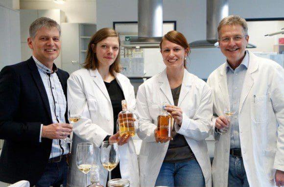 Laura Gruß (2. v. l.) und Christin Wessels gehören zu einer Gruppe von ehemaligen Studierenden, die in einem Seminar bei Prof. Dr. Guido Ritter (r.) Rezepturen für einen Kräuterlikör mitentwickelt haben. Rüdiger Sasse ist mit dem Ergebnis zufrieden.