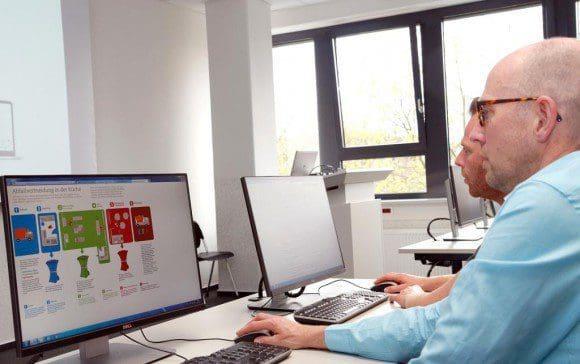 """Ralf Gremme (vorn) und Daniel König von den LWL-Kliniken Münster testen die Internetplattform """"Lebensmittel Abfall Vermeiden"""". Im September 2016 soll sie für alle freigeschaltet werden."""