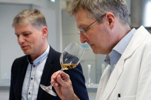 Sensorikexperte Prof. Dr. Guido Ritter (r.) testet das handgemachte, hochprozentige Dessertgetränk. Rüdiger Sasse hat es nun auf den Markt gebracht.