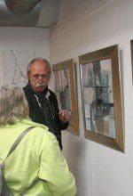 Andreas Alba erklärt seine Arbeiten einer Besucherin der Artothek Münsterland in Marl