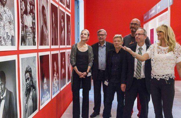 Dr. Dorothée Brill, Dr. Hermann Arnhold, Dr. Birgit Bosold, Detlef Weitz, Matthias Löb und Dr. Barbara Rüschoff-Thale (v.l.n.r.) freuen sich über die neue Ausstellung im LWL-Museum. - Foto: LWL/Hanna Neander