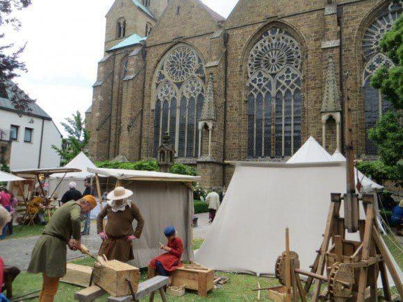 Zu Füßen des 1.200-jährigen Mindener Doms wird traditionell das mittelalterliche Leben des bischöflichen Hofadel, der Bürger und Städter lebendig