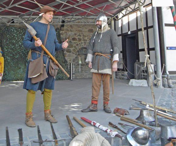Männer der Burgwache der Ritterschaft Wolfskuhle aus Hagen. Foto: Bernadette Lange/Märkischer Kreis