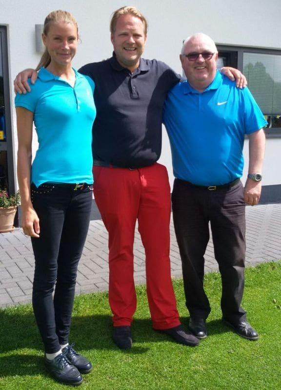 Anna und Björn Freitag gemeinsam mit dem Pro des GC Repetal, Phil Sierocinski, vor dem Clubhaus.