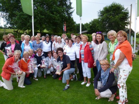 Die Teilnehmerinnen am 8. Golf-Benefizturnier der Elsbeth-Rickers-Stiftung Mutter und Kind im Golfclub Repetal