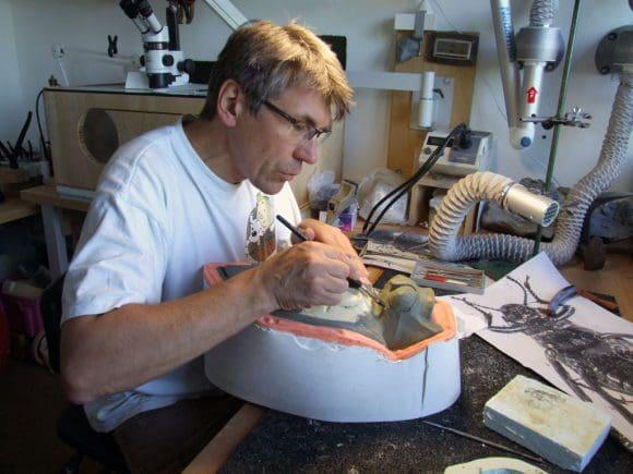 Der geologisch-paläontologische Präparator Michael Ludorf hat das Modell des Nebeltrinker-Käfers hergestellt. Foto: LWL/Fialla