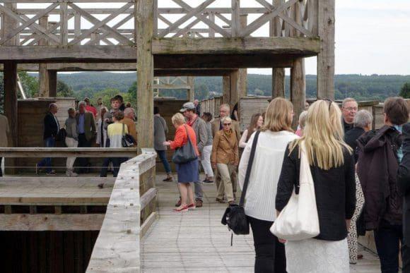 Gut besucht ist der Nachbau der römischen Lagerumwehrung in der Römerbaustelle Aliso. Gelegenheit dazu gibt es insbesondere am eintrittsfreien Sonntag. Foto: LWL/Brentführer