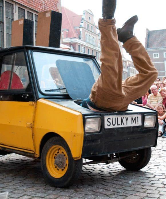 """Ein winziges Auto und sein trotteliger Chauffeur: Die """"Compagnie MOBIL"""" aus den Niederlanden ist zu sehen am Freitag, 19. August, 18 und 20.30 Uhr."""