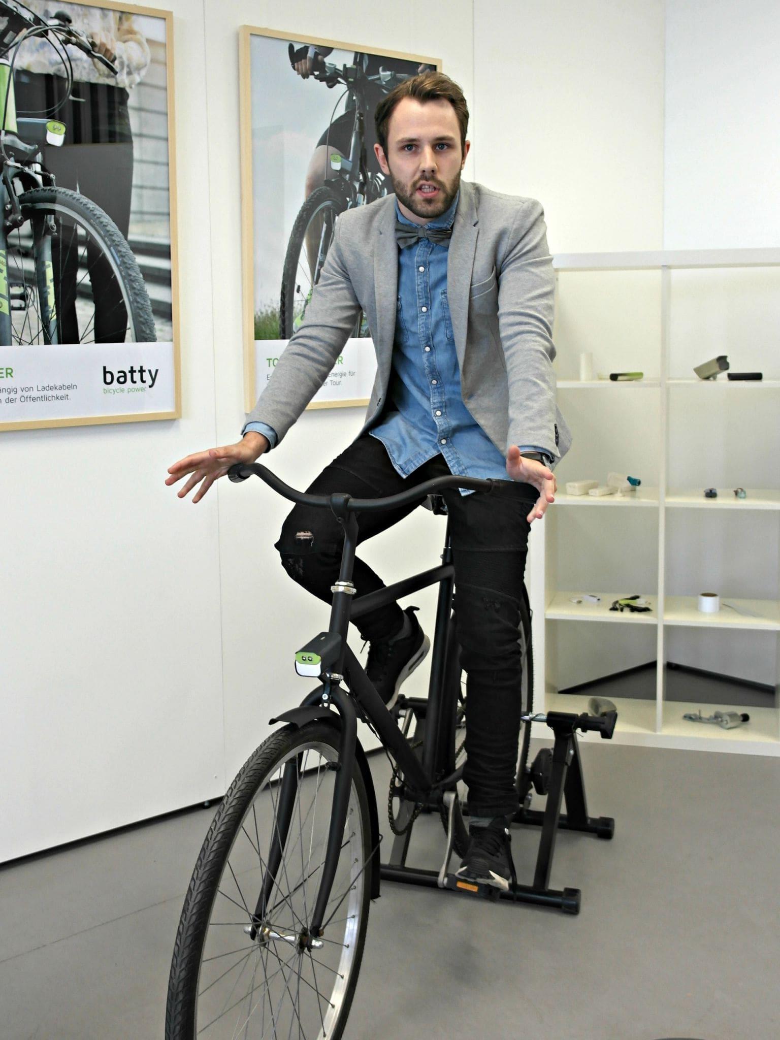 """Fabian Westens Fahrradlicht """"batty"""" erzeugt beim Radeln Energie"""