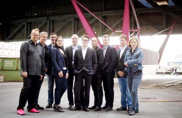 Oliver Langbein, Bernd Trümpler (beide osa), Uwe Büscher (Vorstand Dortmunder Hafen AG), Katja Aßmann (Künstlerische Leitung Urbane Künste Ruhr), Bernd Neuendorf (Staatssekretär im Ministerium für Familie, Kinder, Jugend, Kultur und Sport des Landes NRW), Lukas Crepaz (Geschäftsführer Kultur Ruhr GmbH) , Karsten Huneck (osa), Florian Kaplick (osa), Wolfgang Boos (Technischer Leiter SAZ Stahlanarbeitungszentrum) und Carola Kemme (Projektleitung Urbane Künste Ruhr) (v.l.).