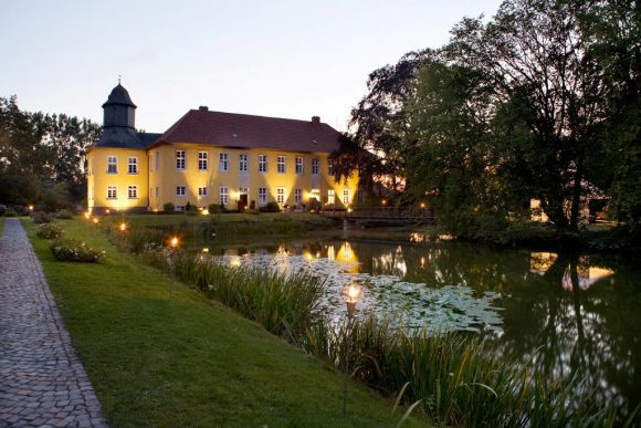 """Auf das Gelände von Haus Vogelsang in Datteln-Ahsen ist zum Konzert der Reihe """"Trompetenbaum & Geigenfeige"""" eingeladen."""