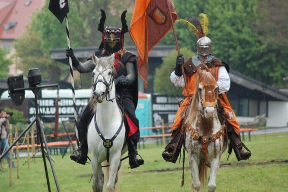 Auf zwei Kampfplätzen veranstalten bei Spectaculum die Ritter mehrmals täglich spannende Turniere und demonstrieren ihre brachialen Kampfkünste mit Lanzen, Schwertern, Äxten und Morgensternen hoch zu Ross und beim Bodenkampf.