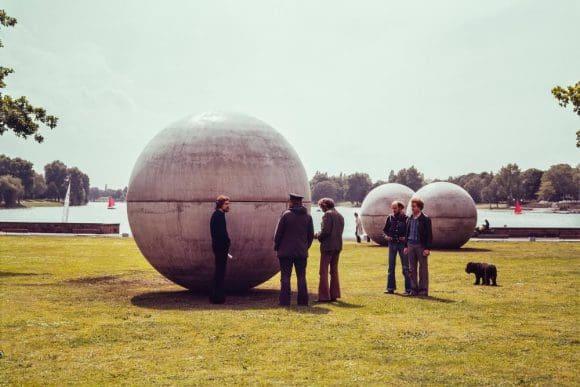"""Das Foto von Claes Oldenburgs """"Giant Pool Balls"""" der Skulptur Projekte Ausstellung in Münster 1977 gehört zum Archiv der Skulptur Projekte. Foto: LWL/Wakonigg"""