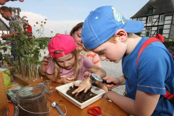 Kinden können bei zahlreichen Mitmachprogrammen beispielsweise Saatgutkugeln herstellen. Foto: LWL/Jähne