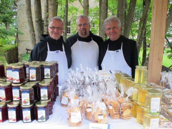 Gutes so nah: Back- und Süßwaren, Eintopf, Käse und Most gibt es für das leibliche Wohl bei den Benediktinern der Abtei Königsmünster im Sauerland. Foto: LWL/Tillmann