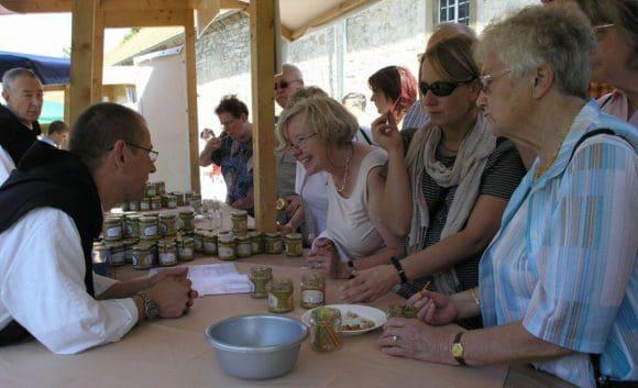 Himmlischer Genuss: Kulinarische Vielfalt und handwerkliche Qualität der Klosterprodukte laden - wie hier bei den Trappisten aus dem tschechischen Novy Dvur - zum Stöbern und Probieren ein. Foto: LWL/Tillmann