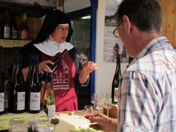 Edle Tropfen: Wein, Liköre und Produkte nach Hildegard von Bingen gibt es bei den Benediktinerinnen aus St. Hildegard in Rüdesheim. Foto: LWL/Tillmann