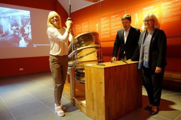 LWL-Kulturdezernentin Dr. Barbara Rüschoff-Thale besichtigte die Infowerkstatt gemeinsam mit Dr. Theodor L. Tutmann, Geschäftsführer des Industrieverbandes Massivumformung.