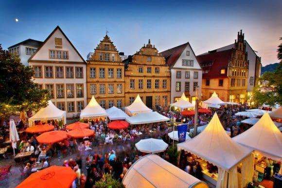 Viel zu probieren gibt es auf dem Bielefelder Weinmarkt: An insgesamt 28 Ständen können es sich die Besucher gut gehen lassen.