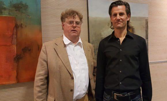 Bei der Vernissage in der Raphaels Klinik in Münster: (vlnr) Publizist Jörg Bockow und der Künstler Ralf Schindler