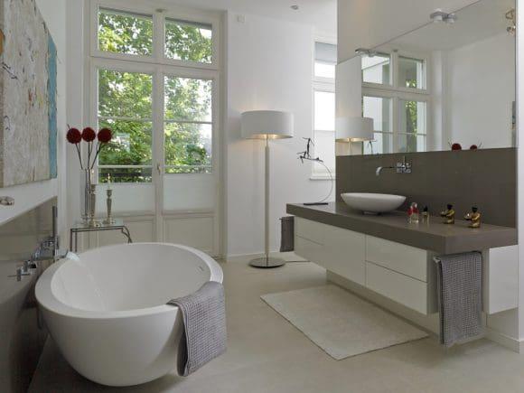 Der großzügig bemessene Waschtisch mit dezentem Stauraum wurde in der Tischlerei von Hetkamp gefertigt. Dusche und WC befinden sich hinter einer Zwischenwand, sind gleichwohl absolut vorzeigbar.