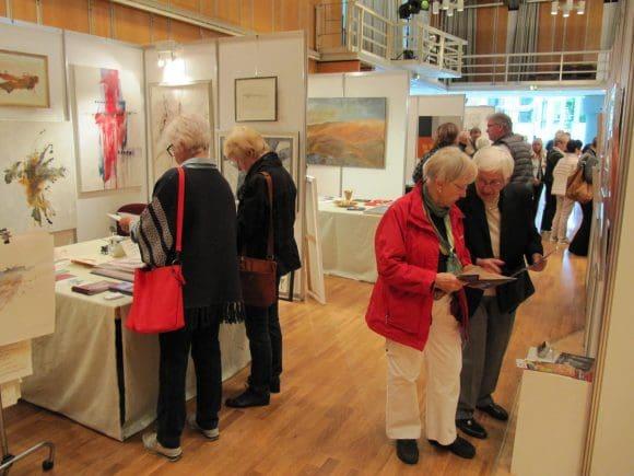 An den Messeständen herrschte reger Betrieb vor. Es kam zu einem intensiven Austausch mit den vertretenen Künstlerinnen und Künstlern.