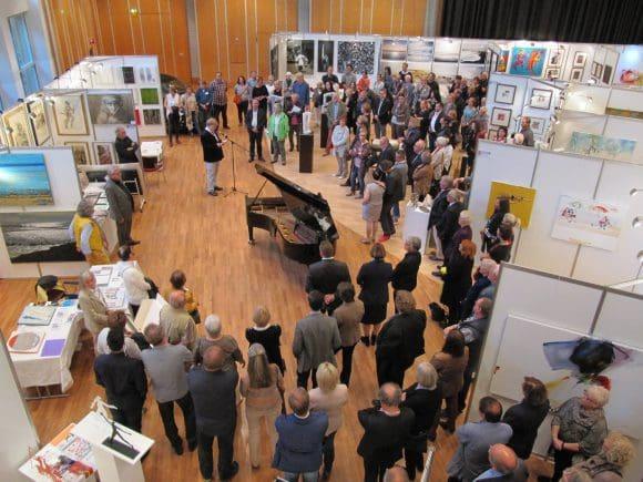 Jörg Bockow empfahl den Besuchern, sich beim Rundgang viel Zeit zu nehmen, um die Kunstwerke auf sich wirken zu lassen und mit den Künstlern ins Gespräch zu kommen.