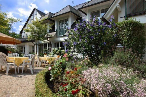Bei gutem Wetter lockt eine idyllische Gartenterrasse