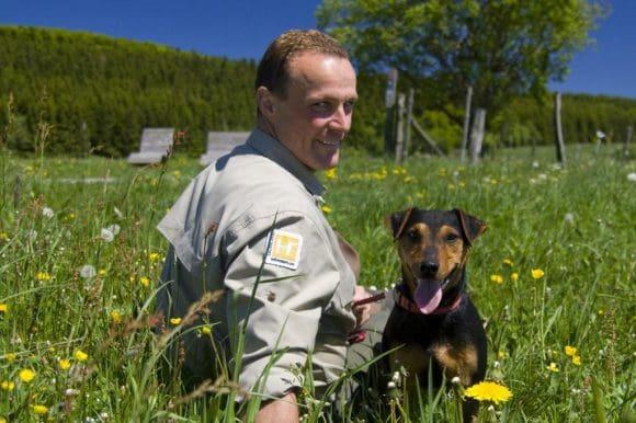 Ranger Andreas Vogt mit seinem Hund - Fotos: Ferienwelt Winterberg