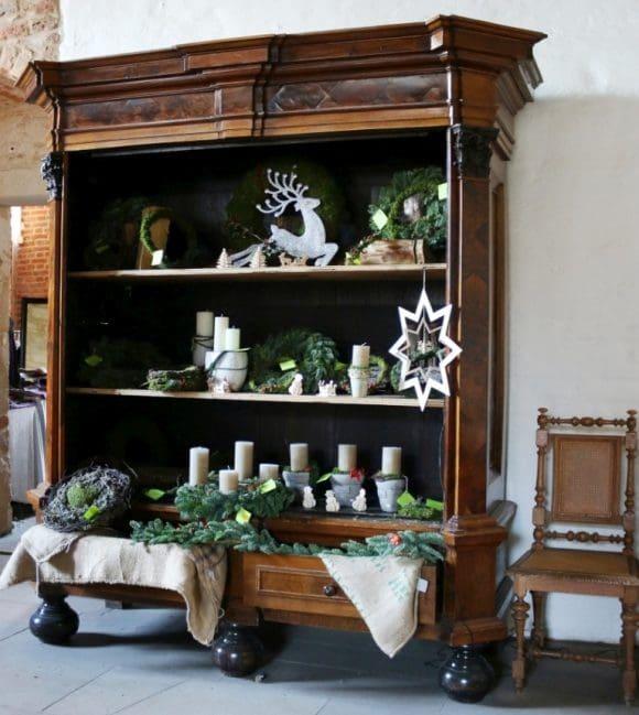 Auch Kerzen und weihnachtliche Dekoration werden angeboten.