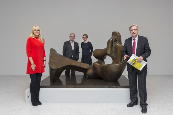 "Dr. Barbara Rüschoff-Thale, LWL-Kulturdezernentin, Dr. Chris Stephens, Kurator Tate, Dr. Tanja Pirsig-Marshall, Kuratorin LWL-Museum für Kunst und Kultur und Dr. Hermann Arnhold, Direktor LWL-Museum für Kunst und Kultur vor dem Kunstwerk ""Two Piece Reclining Figure No. 9"" von Henry Moore (Tate: Presented by the artist 1978 © The Henry Moore Foundation)"