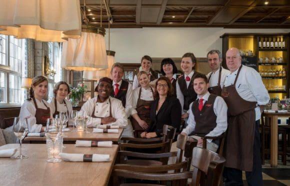 Ein engagiertes Team sorgt dafür, dass sich die Gäste im Grossen Kiepenkerl wohl fühlen - Foto: Grosser Kiepenkerl
