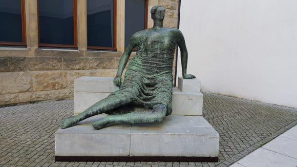 """Henry Moore: """"Große Liegende"""" Leihgabe aus Wuppertal - Foto: Jörg Bockow"""