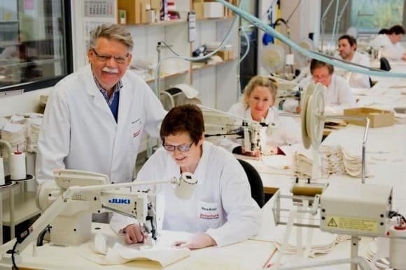 Sieben neue Arbeitsplätze hat Firmengründer Dr. h. c. Peter Jentschura (im Foto stehend) jetzt in der hauseigenen Textilmanufaktur geschaffen. Foto: Jentschura