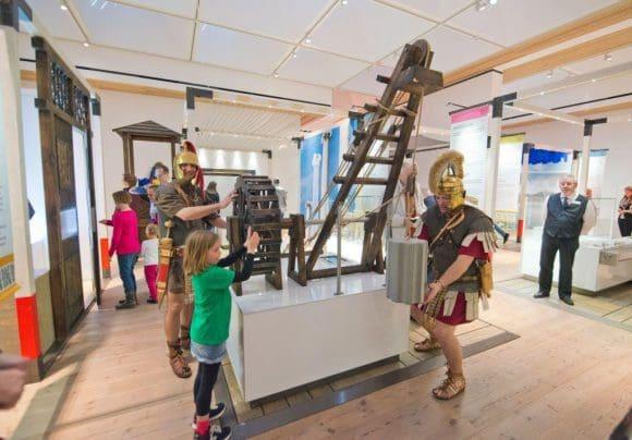 Die Besucher konnten an vielen Stationen mitmachen und so erfahren was die alten Römer so alles erfunden haben - Foto: Feußner