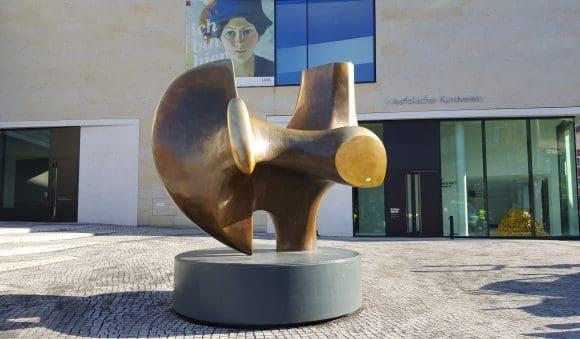 Henry Moore-Plastik empfängt die Besucher zur große Retrospektive - Foto: Jörg Bockow