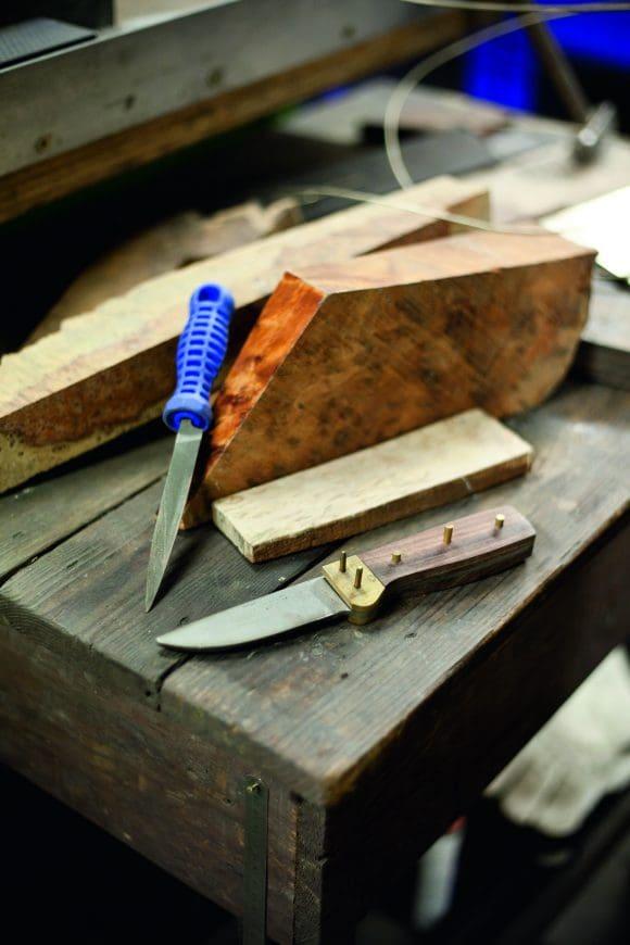 Jörg Lamskemper repariert Messer und Scheren und macht sie mit dem richtigen Schliff wieder scharf