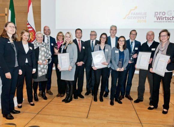 """Gewinner des Wettbewerbs """"Familie gewinnt 2016"""" und die Jurymitglieder - Foto: pro Wirtschaft GT/Steffen Krinke"""
