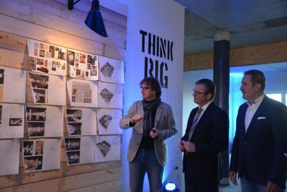 """Wie die """"garage33"""" von innen aussehen soll, erläutert (v.l.) Prof. Dr. Rüdiger Kabst Bürgermeister Michael Dreier und Dr. Otto Drosihn während der kleinen Führung durch die Räume."""
