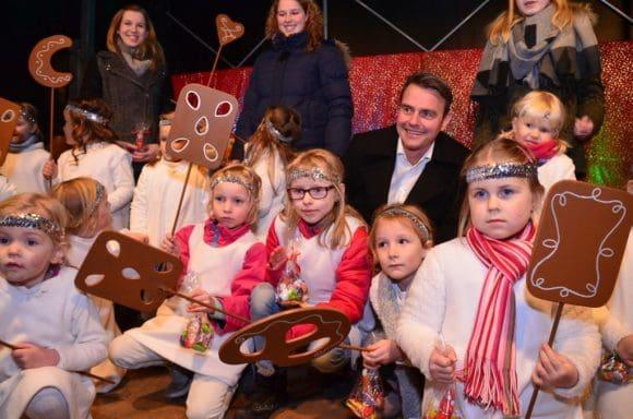"""Bürgermeister Andreas Sunder freute sich über die große Resonanz vor der Bühne und die Hilfe der """"Weihnachtsengel"""" bei der Eröffnung des Rietberger Adventsmarktes. - Foto: Stadt Rietberg"""
