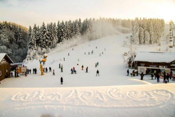 Die ersten Pisten sind bereits gut beschneit und freuen sich über viele Wintersportler